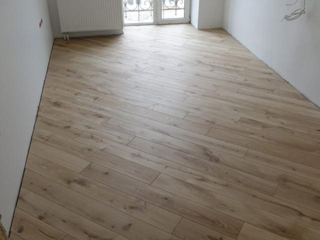 Masyvo grindų montavimas 130 laipsnių kampu klijuojant prie pagrindo