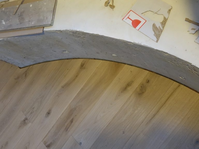 Masyvo grindų privedimas prie betono sienos