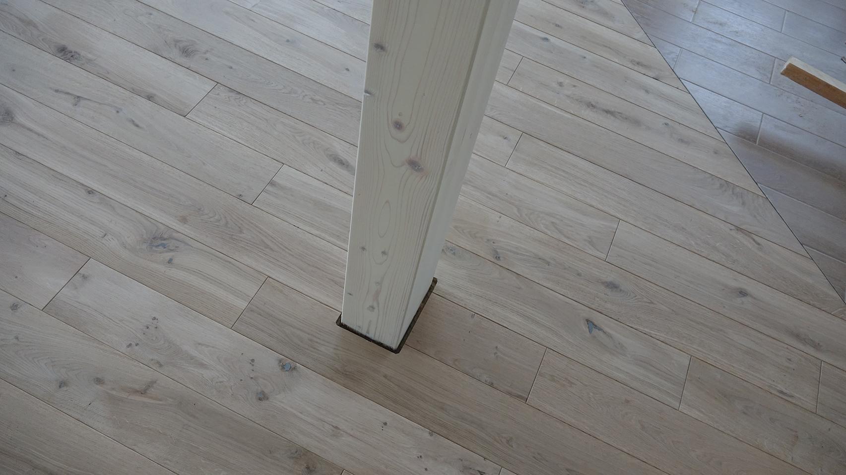 Montuojant masyvo grindis reikalingi masyvesni tarpeliai