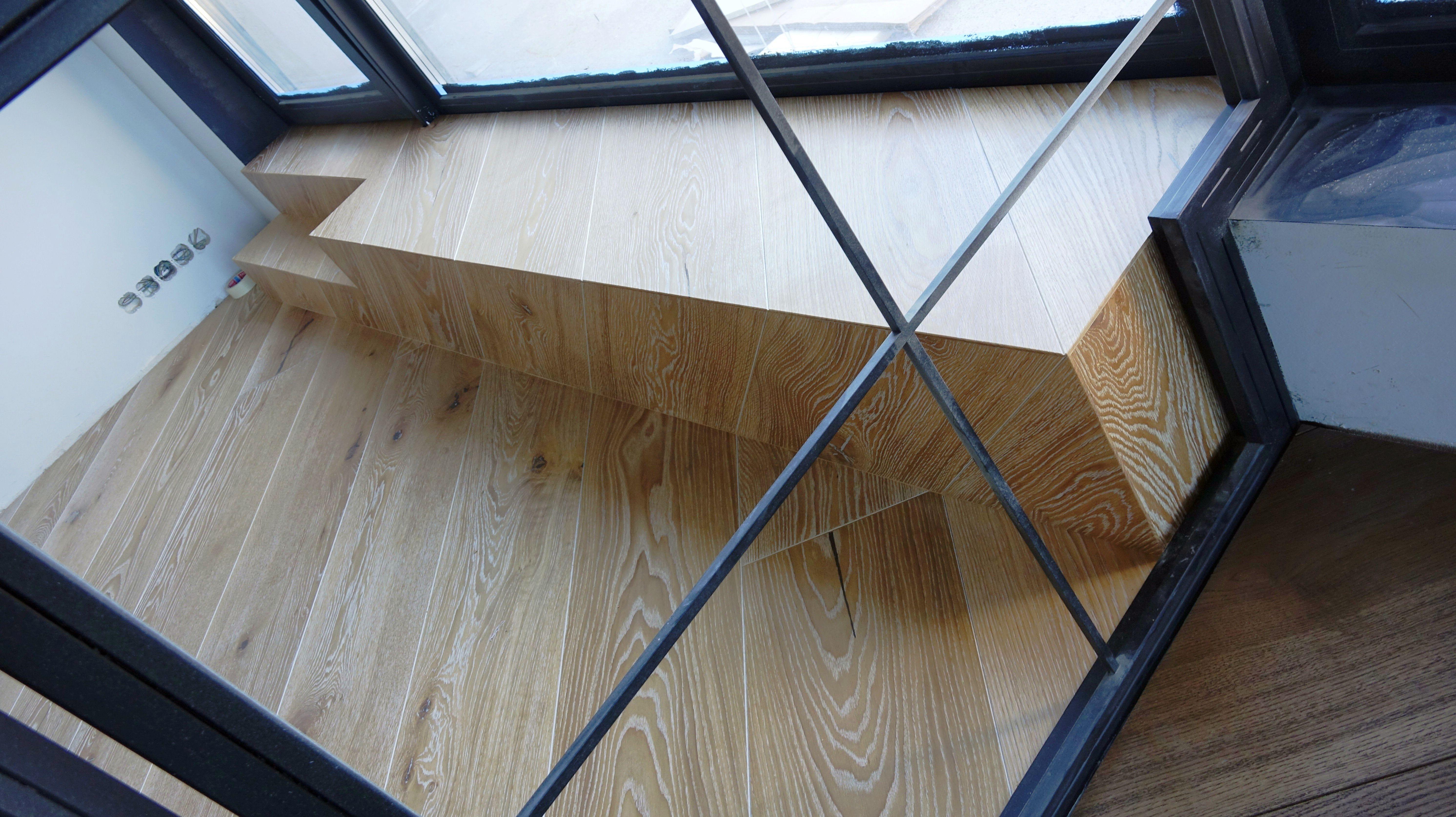 Iš parketlenčių suformuota palangė ir laiptelis į balkoną