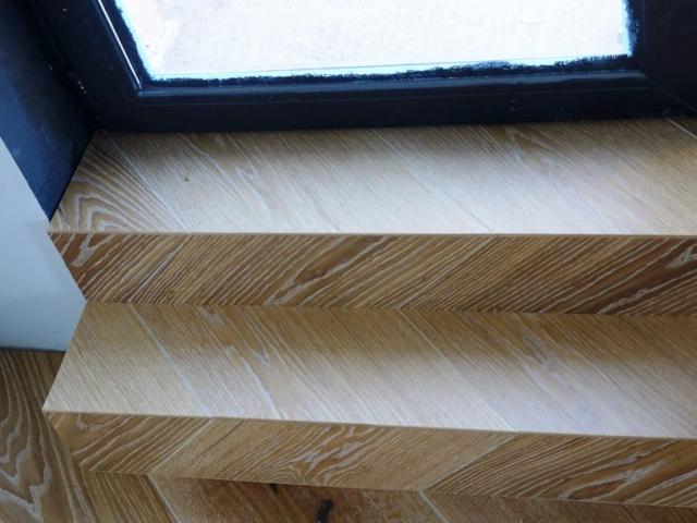 Parketlenčių grindys prasitęsia į palangę ir laiptelį į balkoną