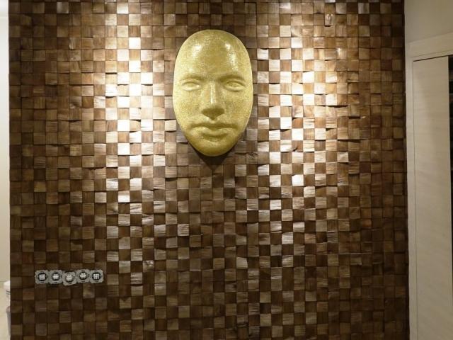 3D sienos įrengimas su įkomponuotu dekoratyviniu žmogaus veidu