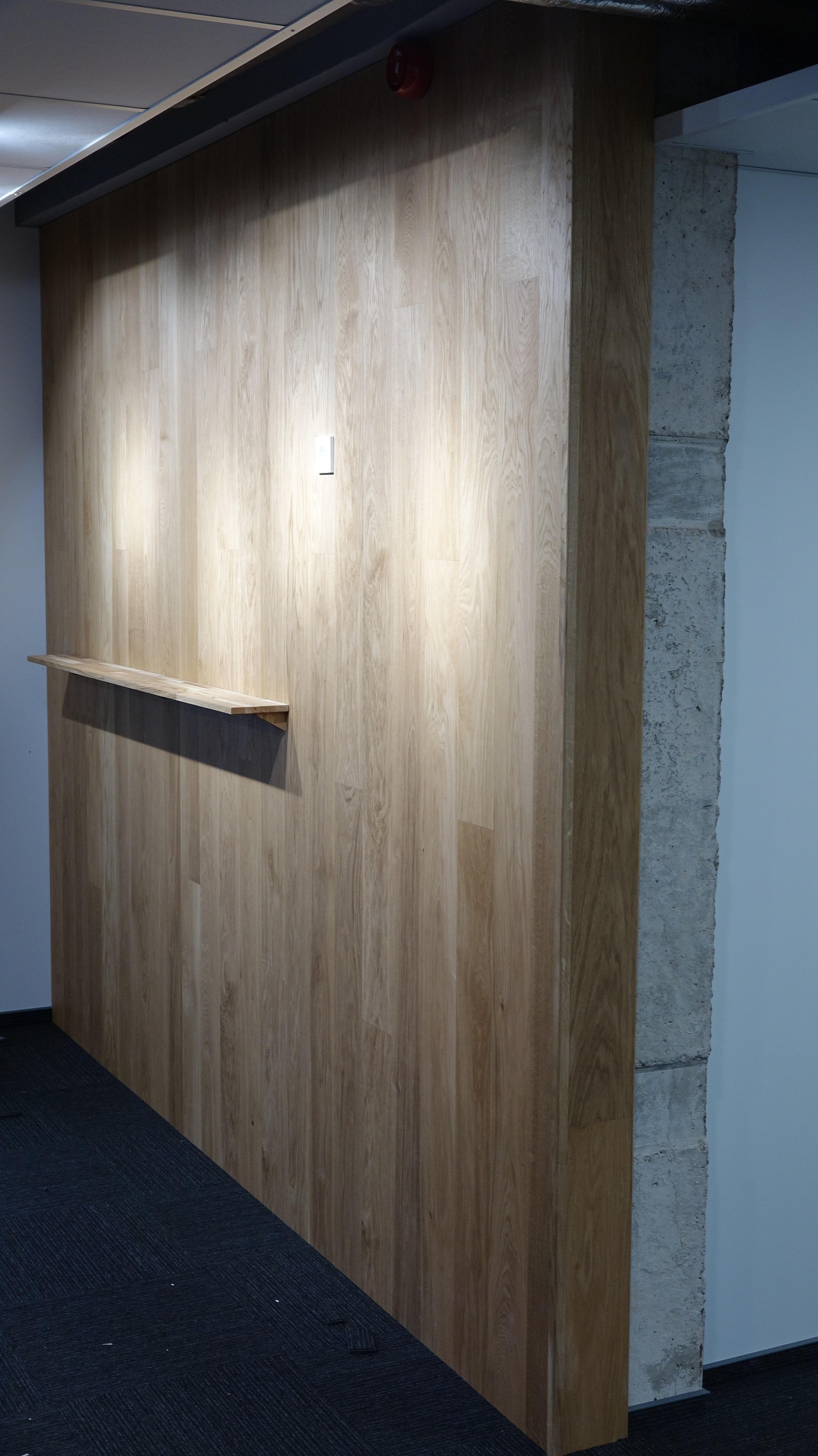 Siena ofise iš ąžuolo parketlenčių su įmontuota lentynėle