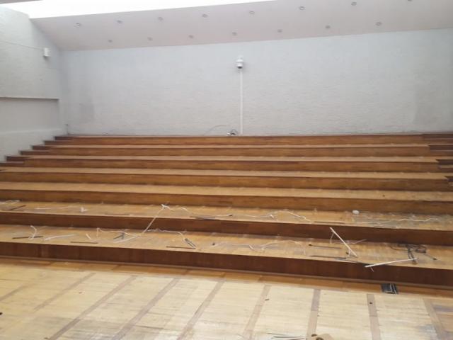 Savivaldybės posėdžių salė prieš suklojant laminato dangą