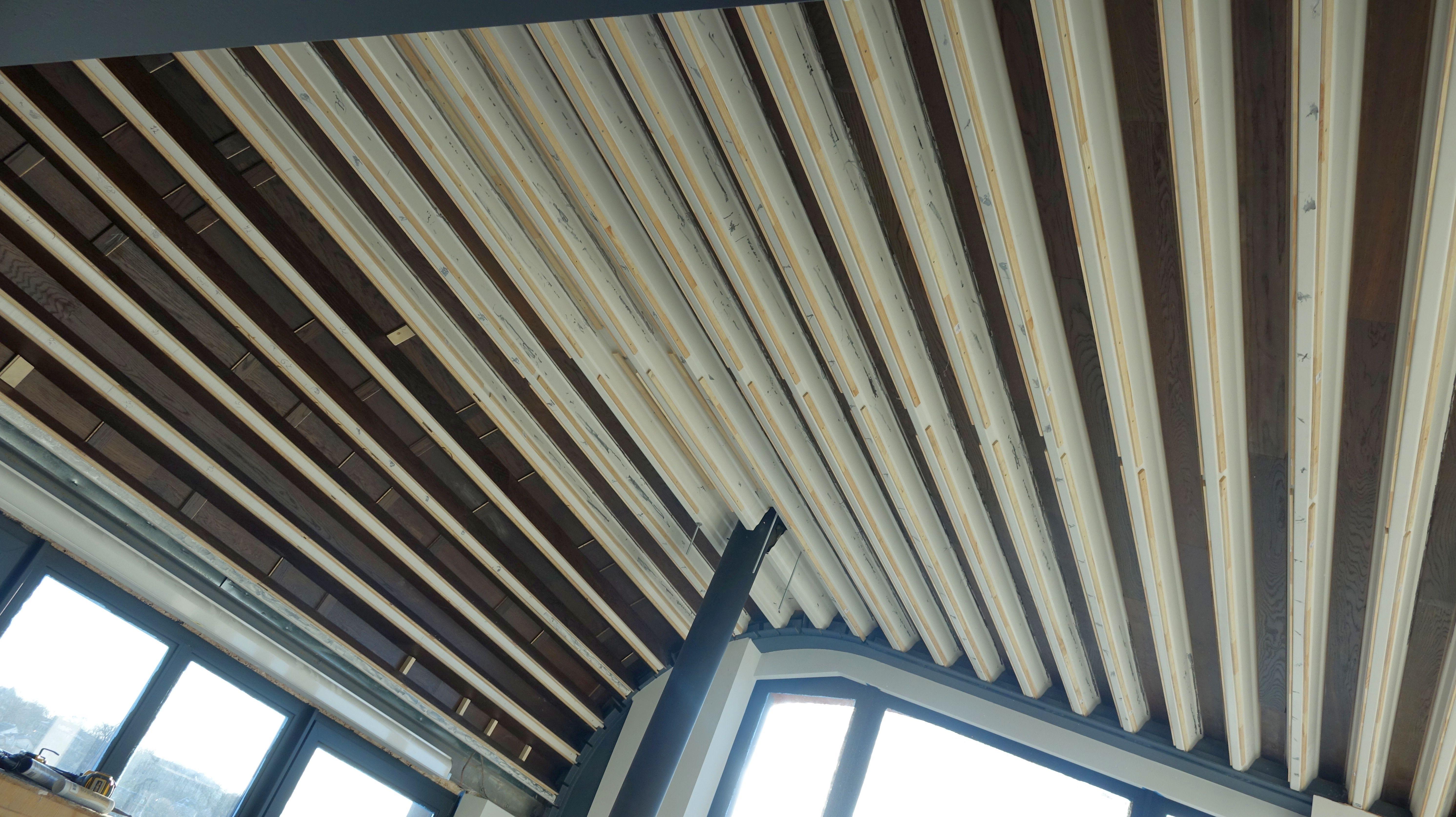 Parketlenčių lubų montavimas ant skardinės konstrukcijos